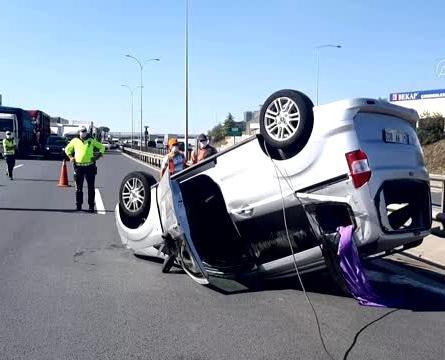 Gebze,Osmangazi köprüsü yol ayırımında iki araç takla attı