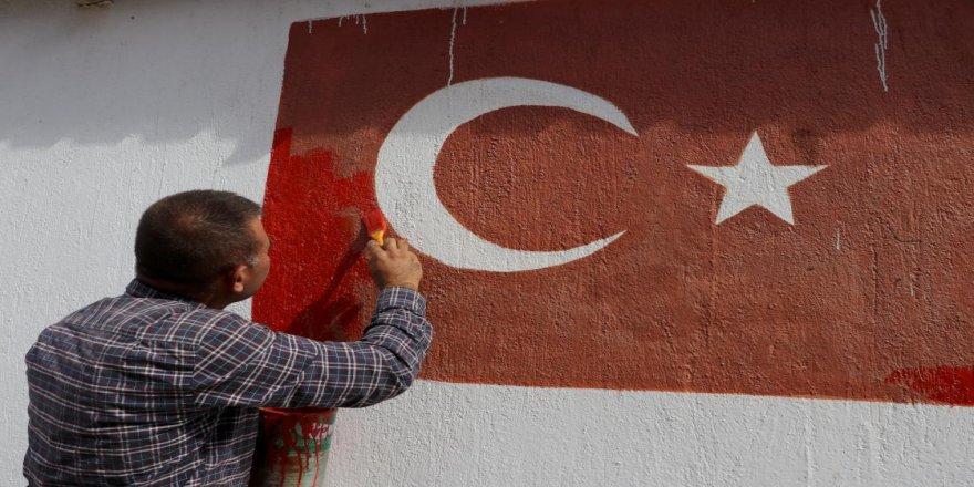 Bayrak aşığı muhtar 120 evin duvarına ay yıldız resmetti