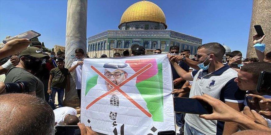 Filistinliler İsrail polisi eşliğinde Mescid-i Aksa'yı ziyaret eden BAE heyetini camiden çıkardı