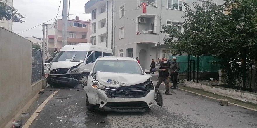 Gebze'de servis minibüsü ile otomobil çarpıştı 5 yaralı