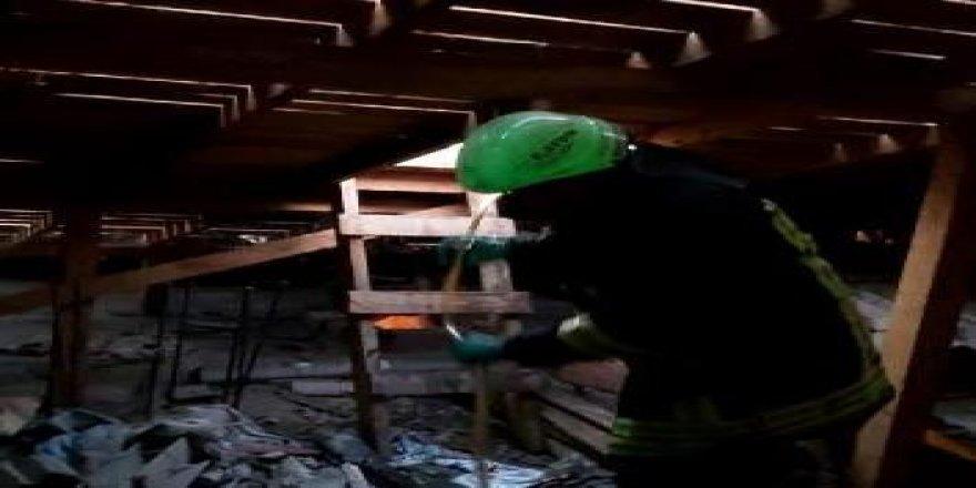 Dilovası'nda 4 katlı bir binanın çatısında yangın çıktı