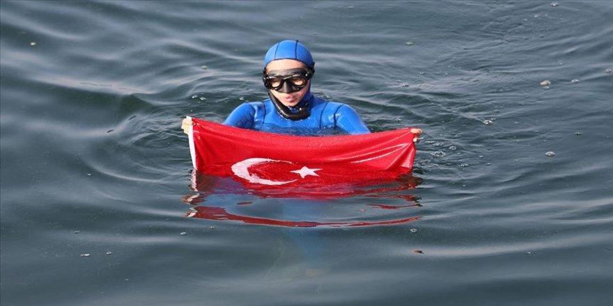 Şahika Ercümen İzmit Körfezi'nde batırılan yolcu gemisinin etrafında dalış yaptı