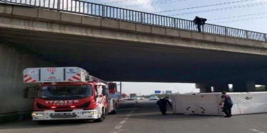 Dilovası'nda üst geçide çıkan vatandaş intihar etmek istedi