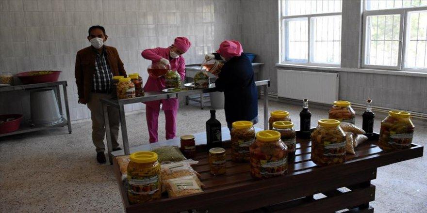 Turşu fabrikasına dönüştürülen atıl ilkokul binası kadınlara iş kapısı oldu