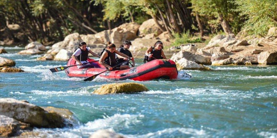'Raftingin kardelenleri' şampiyonluk için Munzur Çayı'nın hırçın sularında kürek çekiyor