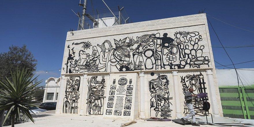 Batı Şeria'daki Dura beldesinin duvarlarını Filistinli sanatçı Ketlu'nun eserleri süslüyor