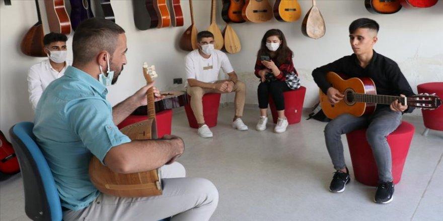 Terörden kurtulan Şırnaklı gençlere piyano, gitar ve şan eğitimi veriliyor