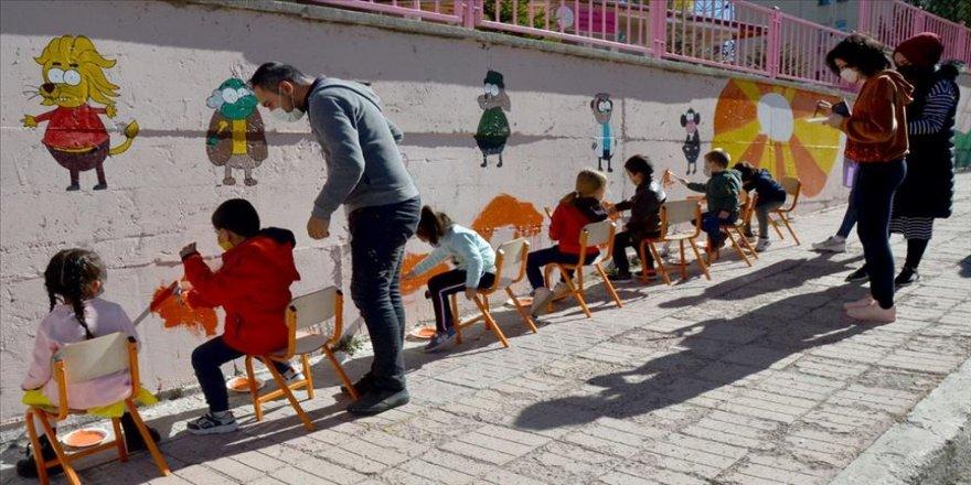Minik öğrencilere yeni başladıkları okul, çizgi film karakterleriyle sevdiriliyor