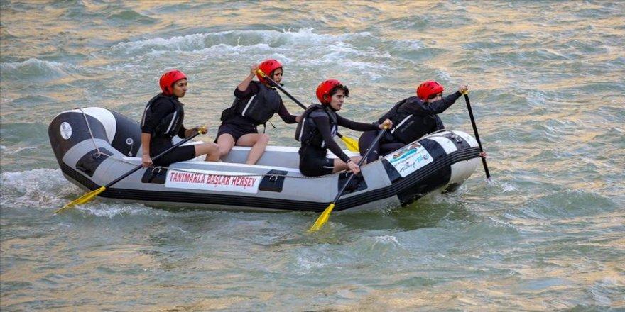Munzur'un raftingci kızları başarıdan başarıya koşuyor