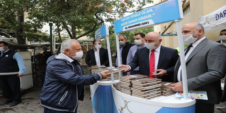 Darıca Belediyesi, Hz. Muhammed'in hayatını anlatan kitaplar dağıttı