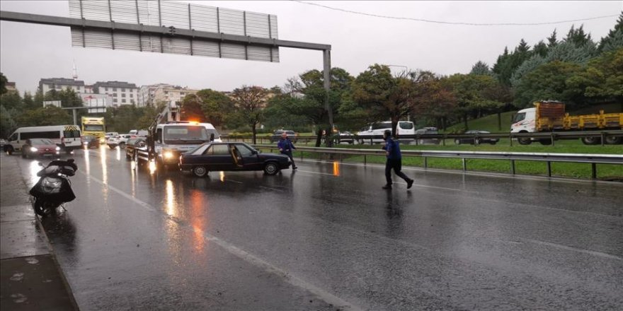 Gebzede' sağanak D-100 kara yolu İstanbul istikametinde ulaşımı aksattı