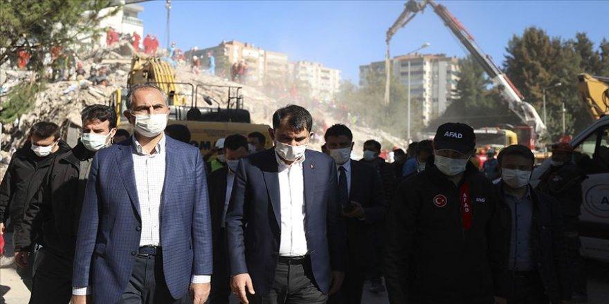 Bakanlar Kurum ve Gül Bayraklı'daki enkaz alanında incelemede bulundu