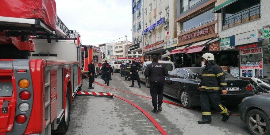 Gebze'de İş hanının bacasında yangın çıktı
