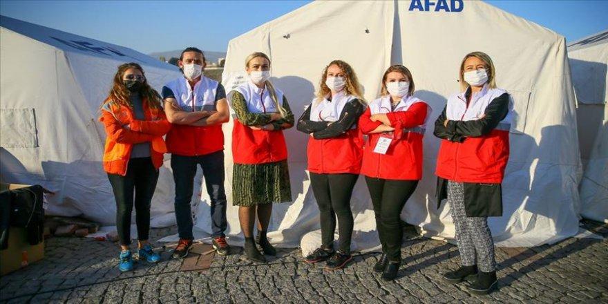 İzmirli 'eğitim neferleri' depremzede öğrenciler için sahada
