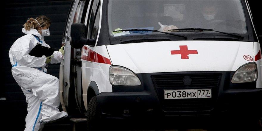 Rusya'da son 24 saatte en yüksek günlük yeni tip koronavirüs (Kovid-19) vaka ve ölüm sayısı kayıtlara geçti.