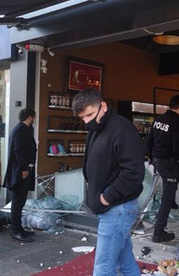 Gebze'de kontrolden çıkan araç kasap dükkanına girdi