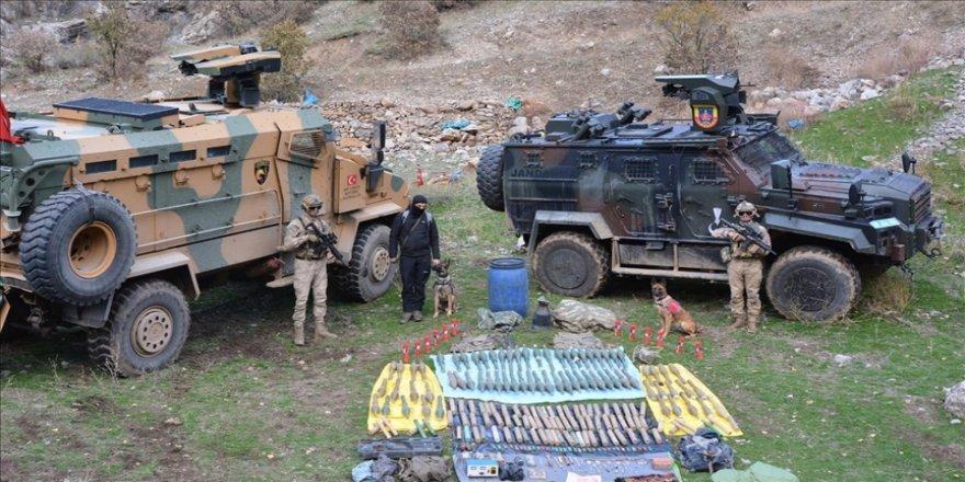 Hakkari'de tespit edilen sığınaklarda mühimmat, patlayıcı ve çeşitli malzemeler ele geçirildi
