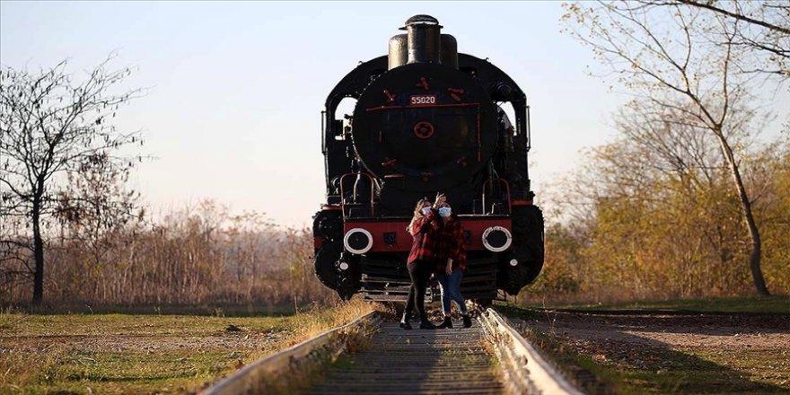 Eski tren garı hazan mevsiminde fotoğraf tutkunlarının uğrak yeri oluyor