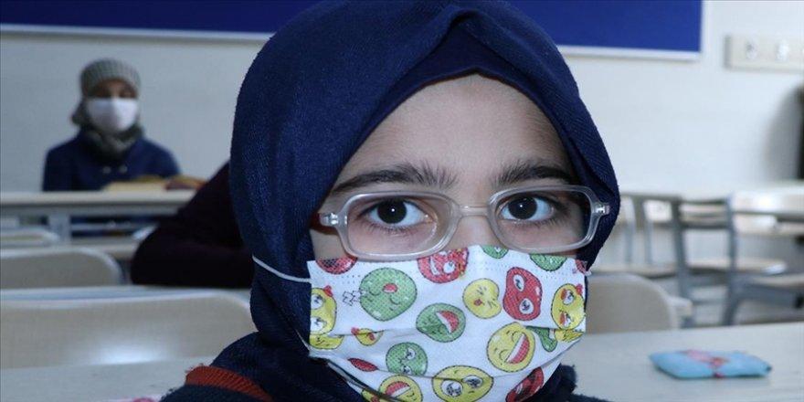 Savaş mağduru 11 yaşındaki Suriyeli Remin'in okuma azmi göz dolduruyor