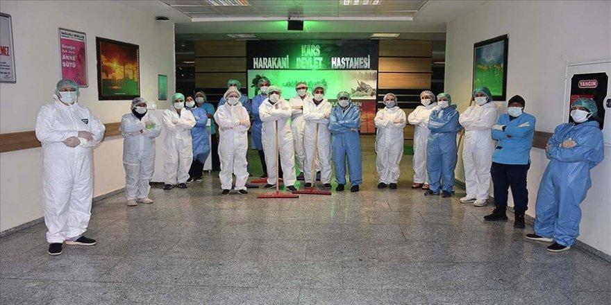 Temizlik görevlileri hastanelerin hijyeni için gece gündüz görev yapıyor