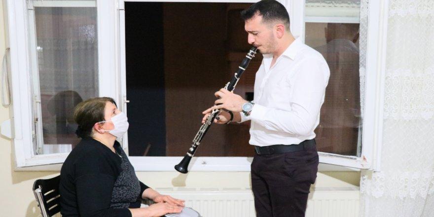 Anne oğul 'balkon konserleri'yle mahallelinin moral kaynağı oldu