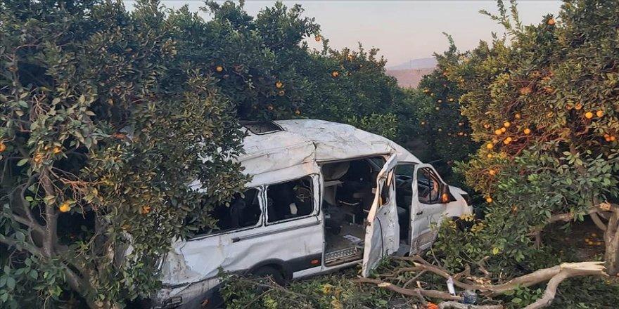 Hatay'da tarım işçilerini taşıyan minibüs devrildi