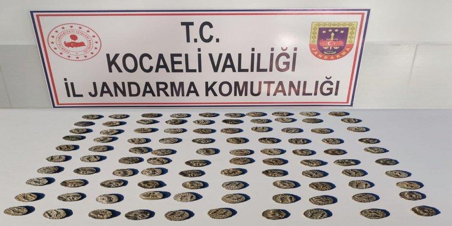 Kocaeli'de tarihi sikkeler ile yakalanan şahıslar gözaltına alındı