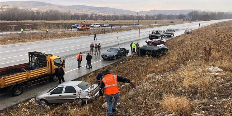 Sivas'ta zincirleme kazada 10 araç hasar gördü