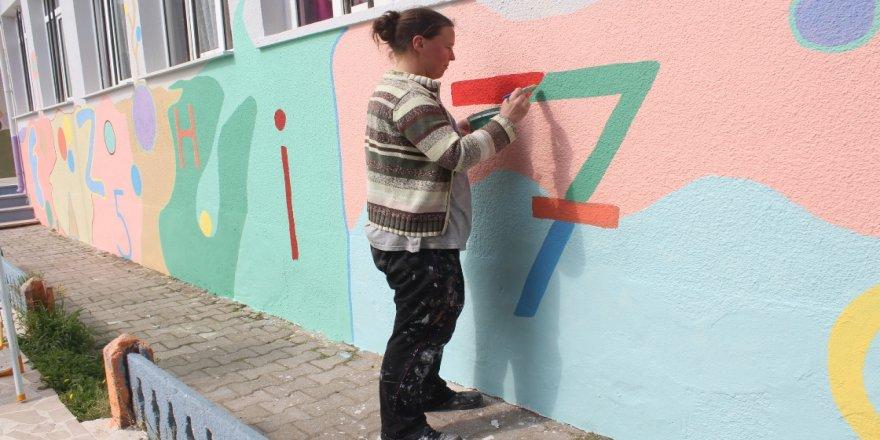 Görme engelli adam eşiyle gönüllü olarak okul duvarlarını renklendiriyor