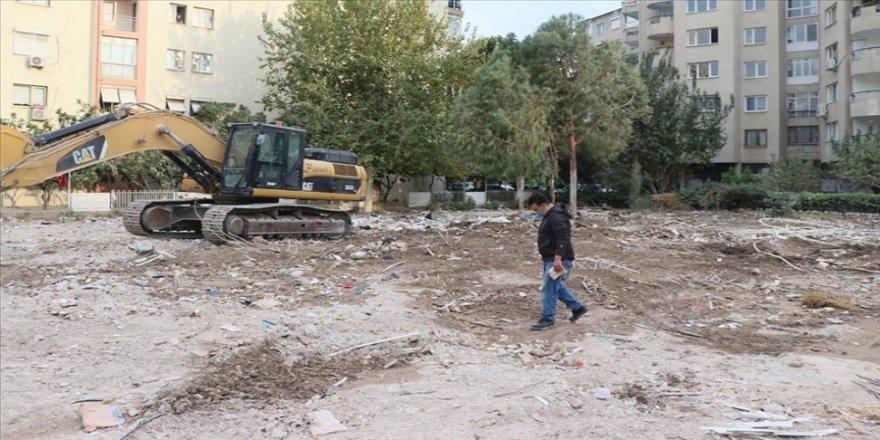 İzmir'deki depremde yıkılan binanın apartman görevlisi enkaz bölgesinden ayrılmıyor