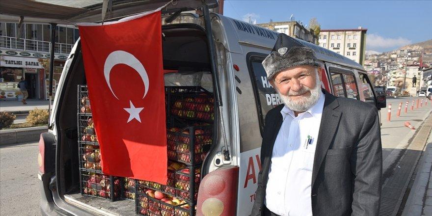 'Elmacı dede' 1700 kilometre yol kat ederek üs bölgelerindeki Mehmetçiğe elma götürdü