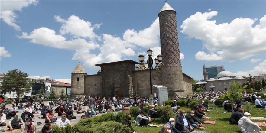 Erzurum'da cuma namazı spor salonlarında da kılınabilecek