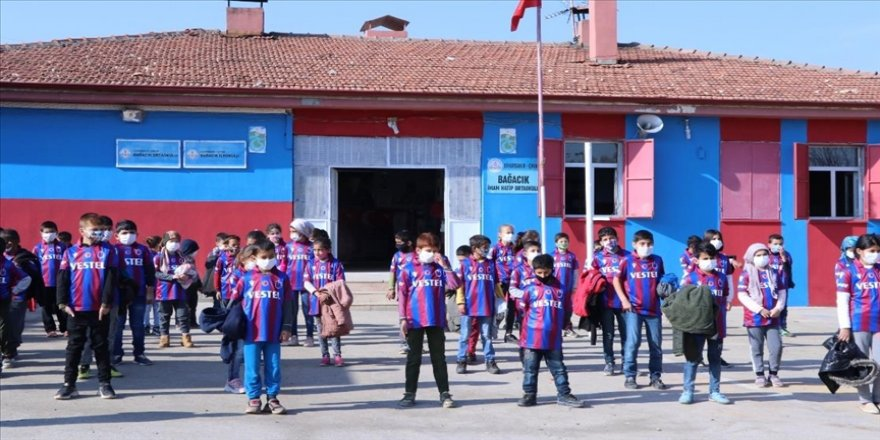 Trabzonsporlu yöneticiden Diyarbakır'daki bordo-mavili takım taraftarı öğrencilere forma