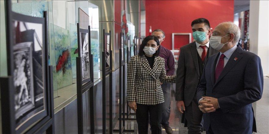 Kılıçdaroğlu 'yaygın gelişimsel bozukluk' tanısı bulunan Bedirhan Nazif Arı'nın fotoğraf sergisini gezdi