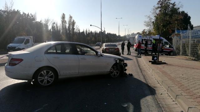 Gebze'de seyir halindeki araç kontrolden çıkarak, park halinde olan araca çarptı