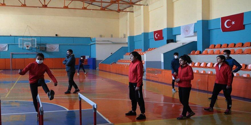 Devlet imkan sağlıyor, sporla tanışan Karayazılı gençler başarıya koşuyor