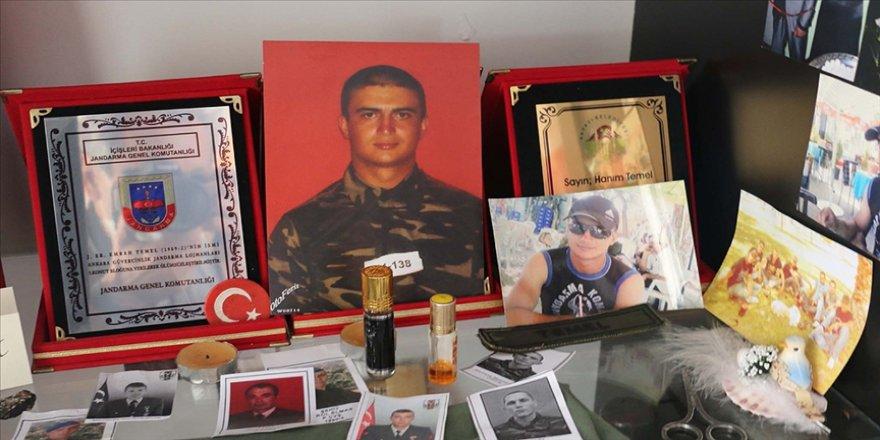 Şehit askerin ailesi evlerinin bir odasını oğullarının hatıralarıyla donattı