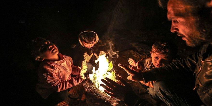 Üç küçük kardeş gece uykuya dalabilmek için gündüz topladıkları kartonları yakıyor