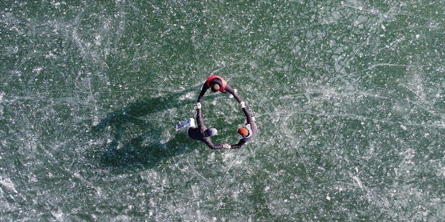 Yüzeyi buz tutan gölet gençlerin uğrak yeri oldu