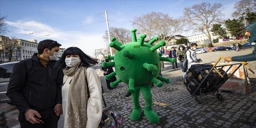 Virüs maskotları' İstanbul'da kurallara uymayan vatandaşları uyardı