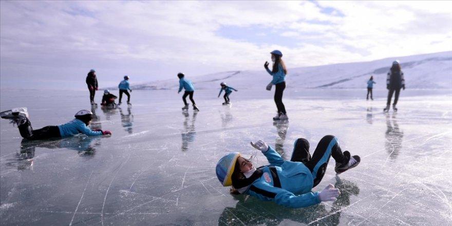 Yüzeyi donan Çıldır Gölü'nde buz pateni keyfi