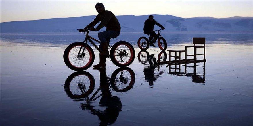 Buzla kaplı Çıldır Gölü'nde bisikletle gezinti keyfi