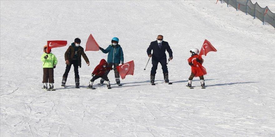 Van'da aileleri ikna edilen gençlere kayak eğitimi veriliyor