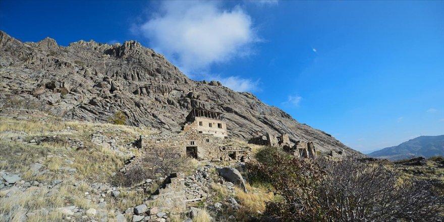 Tunceli'nin Ulukale köyü ziyaretçilerini tarihi yolculuğa çıkarıyor