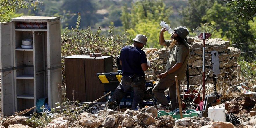 İsrail Batı Şeria'da Filistinlilerin inşaat çalışmalarını engellemek için Yahudi yerleşimcileri kullanıyor