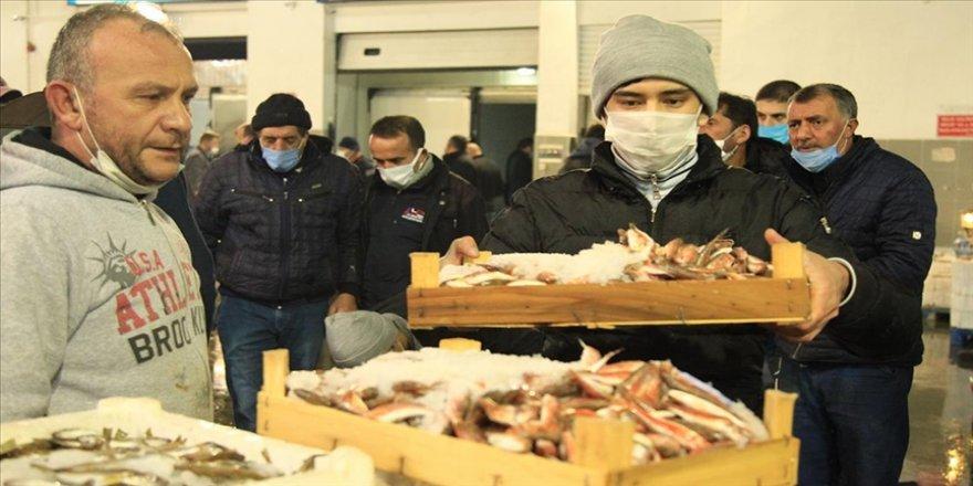 Samsun'da balık halinde yasak öncesi son mezatta hamsi yoğun ilgi gördü