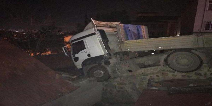 Gebze'de park halindeki tır, freni boşalarak eve çarptı