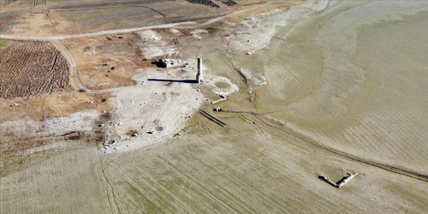 Baraj suları çekilince eski köy ortaya çıktı