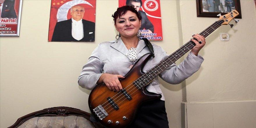 Kadın siyasetçi rock müzik tutkusu ve renkli kişiliği ile dikkati çekiyor