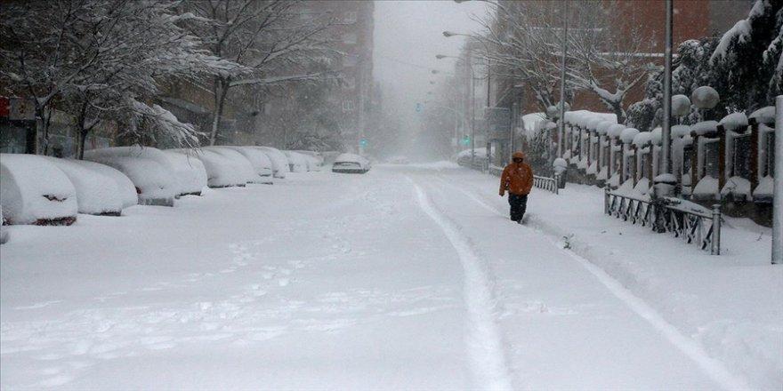 İspanya'da kar fırtınası hayatı durdurdu
